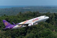 Thailändisches Lächelnfluglinienflugzeug entfernen sich in Phuket Lizenzfreie Stockfotos