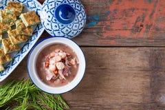 Thailändisches Lebensmittel, Akazie Pennata-Omelett und Garnelenpaste sauce Lizenzfreie Stockfotos