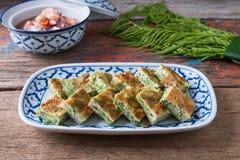 Thailändisches Lebensmittel, Akazie Pennata-Omelett und Garnelenpaste sauce Lizenzfreies Stockbild