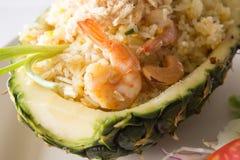 Thailändisches Lebensmittel, gebratener Reis in der Ananas mit Garnele Lizenzfreies Stockfoto