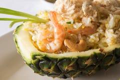 Thailändisches Lebensmittel, gebratener Reis in der Ananas mit Garnele Lizenzfreie Stockfotografie