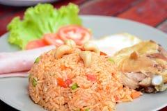 Thailändisches Lebensmittel - gebratener Reis mit Mischgemüse und Acajounüssen Stockfoto