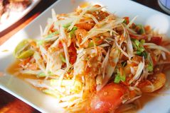 Thailändisches Lebensmittel (grüner Papayasalat) Stockfotos