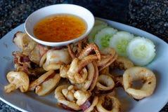 Thailändisches Lebensmittel, Kalmar mit Knoblauchpfeffer Winkel des Leistungshebels Muek Tod Kra Thiam Phrik Thai mit dem süßen E Lizenzfreie Stockbilder