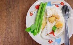 Thailändisches Lebensmittel (kanom jeen), in der hölzernen Tabelle Stockfotografie