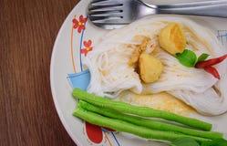 Thailändisches Lebensmittel (kanom jeen), in der hölzernen Tabelle Stockfoto