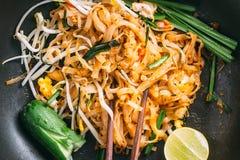 Thailändisches Lebensmittel - Padthai heiß in der Wanne Lizenzfreies Stockfoto