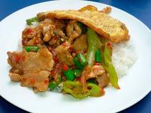 thailändisches Lebensmittel, Reis überstieg mit angebratenem Rindfleisch Stockfotos