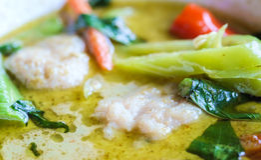 Thailändisches Lebensmittel, thailändischer Fleischklöschengrüncurry Stockfotos