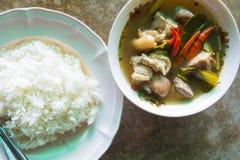 Thailändisches Lebensmittel-Tom Yum-Kha-MOO (Pocke) mit Teller des Reises Lizenzfreie Stockfotografie
