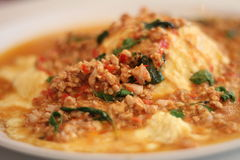 Thailändisches Lebensmittel - würziges gebratenes Huhn mit Basilikum verlässt Lizenzfreie Stockfotos