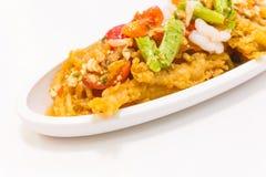 Thailändisches Lebensmittel (Yum Sam Grob): Knusperiger Fisch-Schlund im würzigen Salat Lizenzfreie Stockfotos