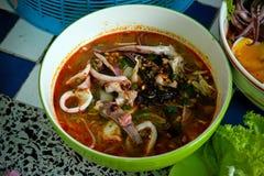 Thailändisches lokales Lebensmittel: würzige Nudeln der Meeresfrüchte mit Kalmar, gekochtem Ei und Fleischball Stockfoto