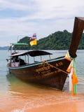 Thailändisches Longtail-Boot koppelte auf einem tropischen Strand in Thailand an stockbilder