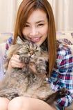 Thailändisches Mädchen mit einer Katze. stockbild