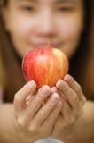 Thailändisches Mädchen und Apfel lizenzfreie stockbilder