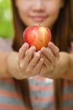 Thailändisches Mädchen und Apfel lizenzfreie stockfotos