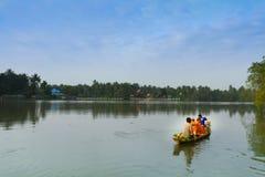 Thailändisches Mönchpaddel das Boot, das Lebensmittel auf Kanal empfängt Stockbild