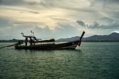 Thailändisches nationales Bootssegeln um die Bucht lizenzfreies stockbild