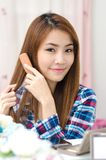 Thailändisches nettes Mädchen, das Haar kämmt stockbilder