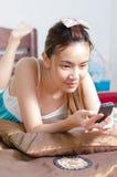 Thailändisches nettes Mädchen mit glücklichem Gesicht stockfoto
