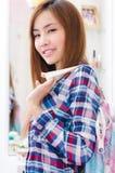 Thailändisches nettes Mädchen mit glücklichem Gesicht lizenzfreie stockfotos