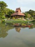 Thailändisches Pavillon- und Blumenboot Lizenzfreie Stockbilder
