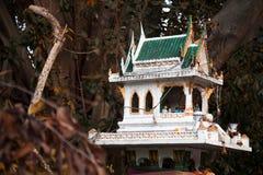 Thailändisches religiöses grünes Geisthaus unter Bäumen für die Anbetung und Stockfotografie