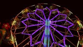 Thailändisches Riesenrad am Nachtmarkt stock video