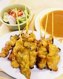 Thailändisches Schweinefleisch satay mit Erdnusssoße Stockbilder