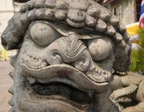 Thailändisches Steintempel-Löwestatuengesicht im Abschluss oben Stockbild