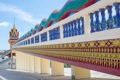 Thailändisches Tempel-Treppenhaus, TEMPEL WAT PHRATHAT RUENG RONG in Sisaket, Thailand Stockfotos