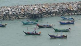 Thailändisches traditionelles hölzernes Boot an der Küste nach Wellenbrecher stock video