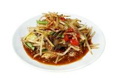Thailändisches traditionelles Lebensmittel würzigen Papayasalat Som Tum lokalisiert auf weißem Hintergrund, Weg Stockfoto