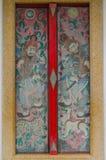 Thailändisches und chinesisches Kunstfarbenwandgemälde auf multi Farbtür stockbild