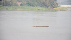 Thailändisches und Reitendes langen schwanzes Laos-Leute Boot für Fangfischen im Mekong bei Kaeng Khut Khu stock video footage