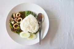Thailändisches würziges Lebensmittel, Kalmar mit Basilikum und Herzformreis Stockfotografie