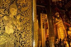 Thailändisches Wandgemälde auf der Tür der Kirche bei Wat Chedi Luang, Chiang Mai, Stockfotos