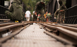 Thailändsk armé som underhåller bron av floden Kwai i Kanchanabu Royaltyfri Bild