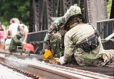 Thailändsk armé som underhåller bron av floden Kwai i Kanchanabu Arkivfoton