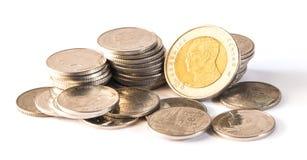 Thailändsk baht, pengar, thailändskt mynt Thai mynt för pengar & x28; bath& x29; trappuppgång som sorteras på isolat Arkivbilder
