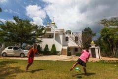 Thailändsk barnlek i boll nära den ryska ortodoxa kyrkan Royaltyfria Bilder
