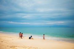 Thailändsk barnlek på stranden Royaltyfria Bilder