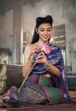 Thailändsk blomma för flickadanandelotusblomma i tempel arkivfoton