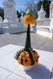Thailändsk blomma som erbjuder i det vita tempelkomplexet Royaltyfri Foto