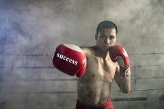 Thailändsk boxarestansmaskin Av Muay thailändska sportar en professionell royaltyfria bilder