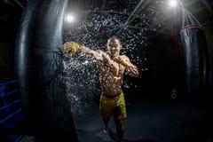 Thailändsk boxarestansmaskinhand, genom att stansa påsen arkivfoton