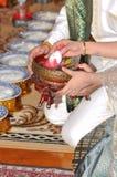 Thailändsk bröllopstilceremoni med bruden och brudgummen Royaltyfri Bild