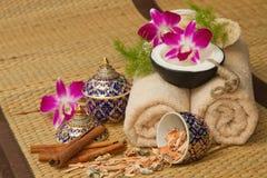 Thailändsk brunnsortmassageinställning med nödvändig olja för brunnsort, handduk, ört, Fotografering för Bildbyråer