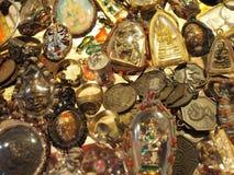 Thailändsk buddha amulett i guld- ram Arkivbilder